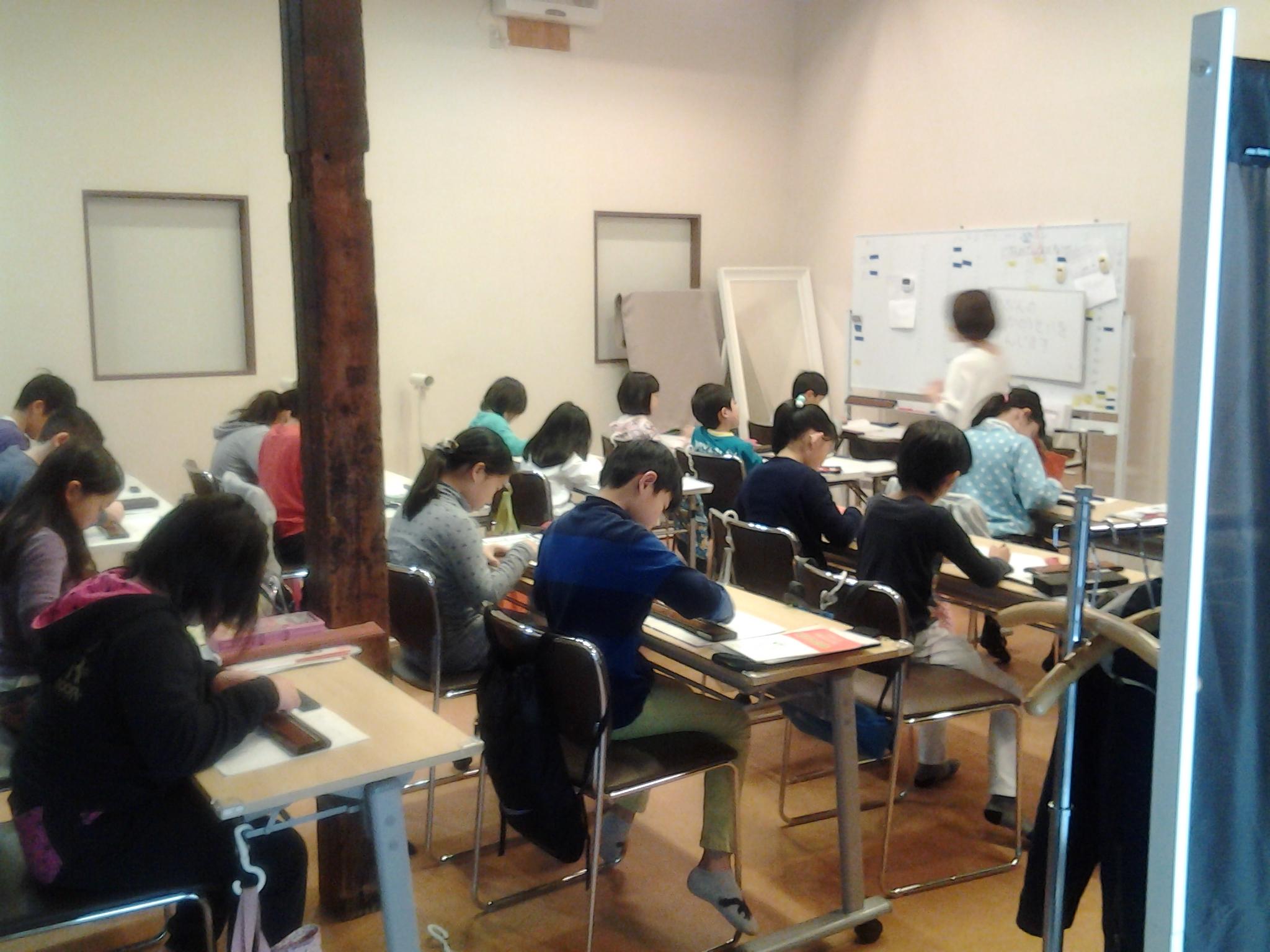 そろばん教室の授業風景の写真